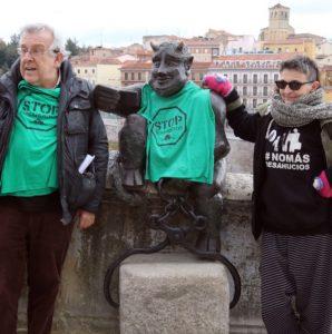 segovia 25/01/19 Miembros de la plataforma stop deshaucios colocan una camiseta al diablillo de segovia